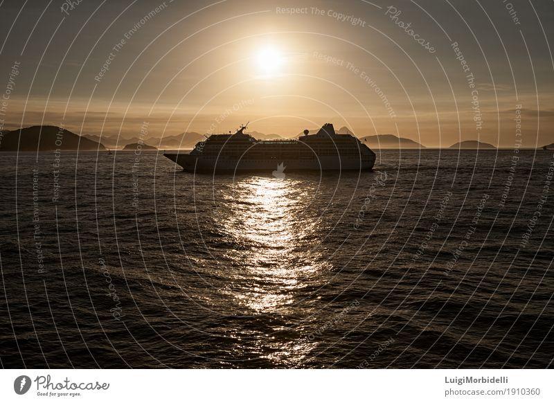 Kreuzfahrtschiff bei Sonnenuntergang Erholung Ferien & Urlaub & Reisen Tourismus Meer Berge u. Gebirge Natur Wasser Himmel Wolken Horizont Sommer
