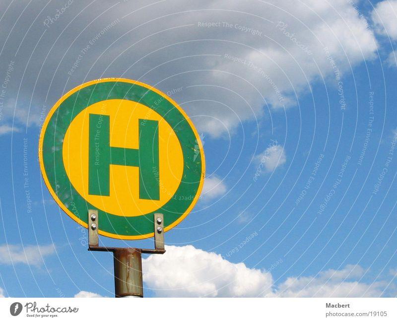 H = Himmel grün blau Wolken gelb Buchstaben Dinge Strommast Befestigung
