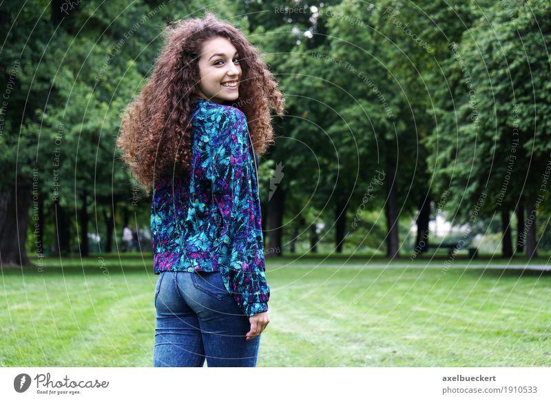 junge Spanierin im Park Mensch Frau Natur Jugendliche Sommer Junge Frau Landschaft Freude Mädchen 18-30 Jahre Erwachsene Wiese Lifestyle feminin lachen Glück