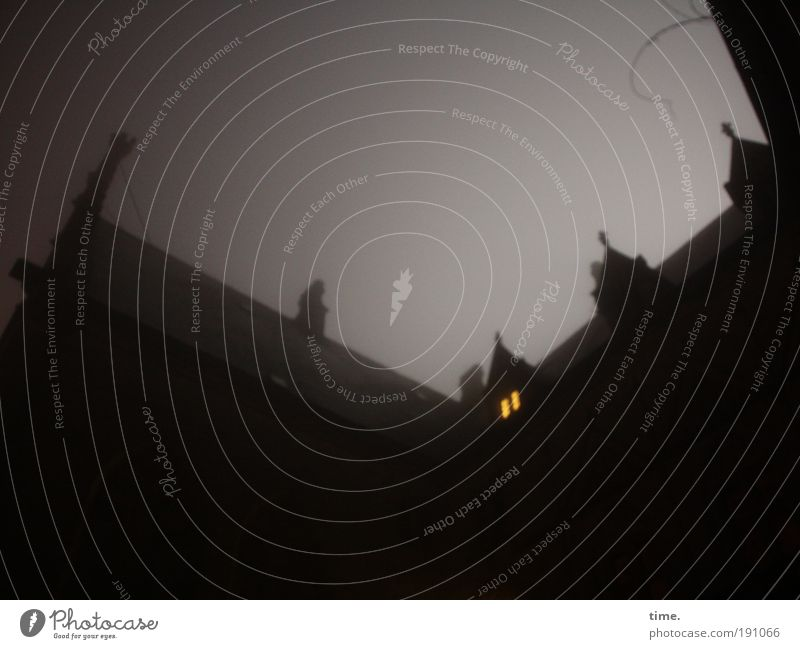 Märchenstunde Nacht dunkel Nebel Licht Burg oder Schloss Zinnen Fenster gelb Dach Kletterpflanzen geheimnisvoll unheimlich Geisterstunde Geister u. Gespenster