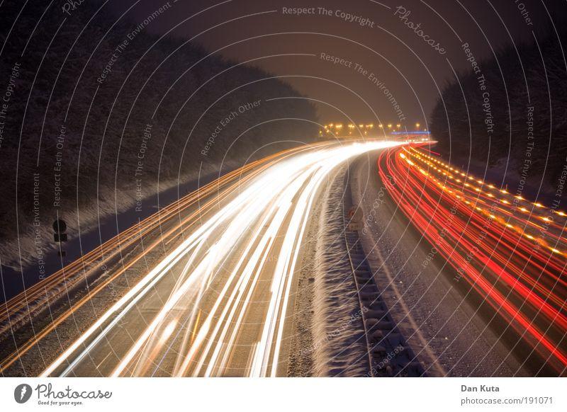 Spurwechsel Verkehr Winter Schnee Bewegung Straße Nacht Außenaufnahme Licht Geschwindigkeit Gefühle gefährlich Spuren Autobahn Fahrzeugbeleuchtung leuchten Stress