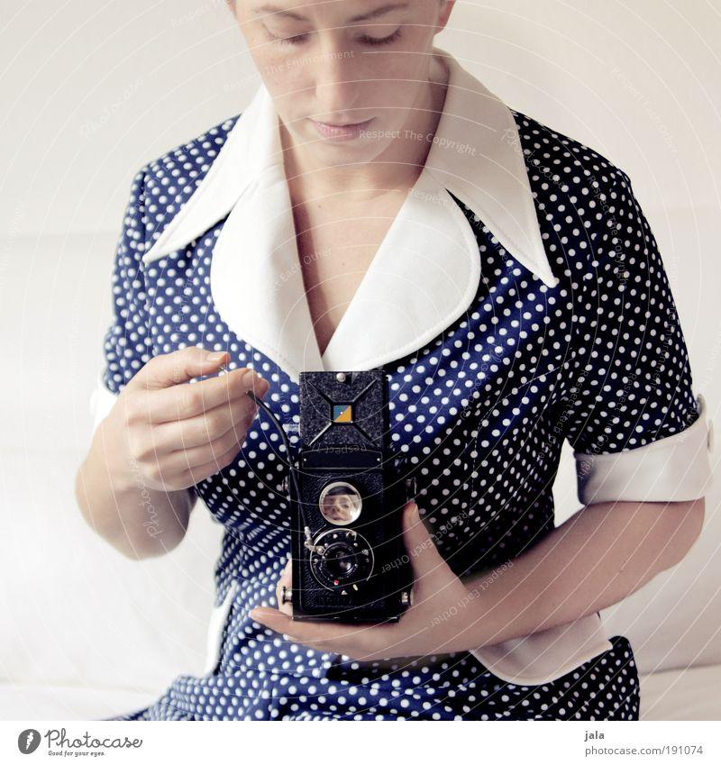 I love that vintage Mensch feminin Frau Erwachsene Gesicht ästhetisch hell blau weiß Fotokamera Rollfilm früher Kleid Punkt Fotografieren Konzentration Farbfoto