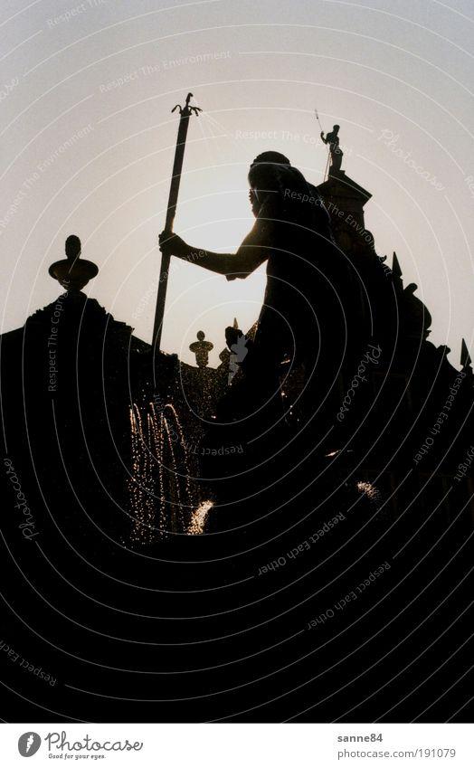 Neptun Sommer dunkel Bewegung Fassade Platz leuchten Dach Brunnen Denkmal Wahrzeichen Stadtzentrum Götter Sehenswürdigkeit Sightseeing Gegenlicht Altstadt