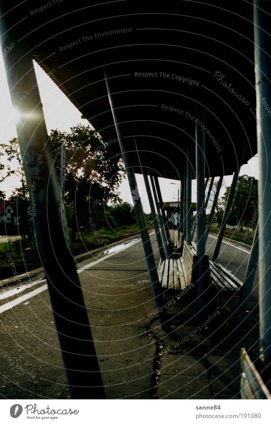 melancholia Ausflug Ferne Sommer Polen Kleinstadt Stadtrand Bahnhof Dach Verkehr Schienenverkehr Bahnfahren Bahnsteig Gleise Beton Metall Rost warten geduldig