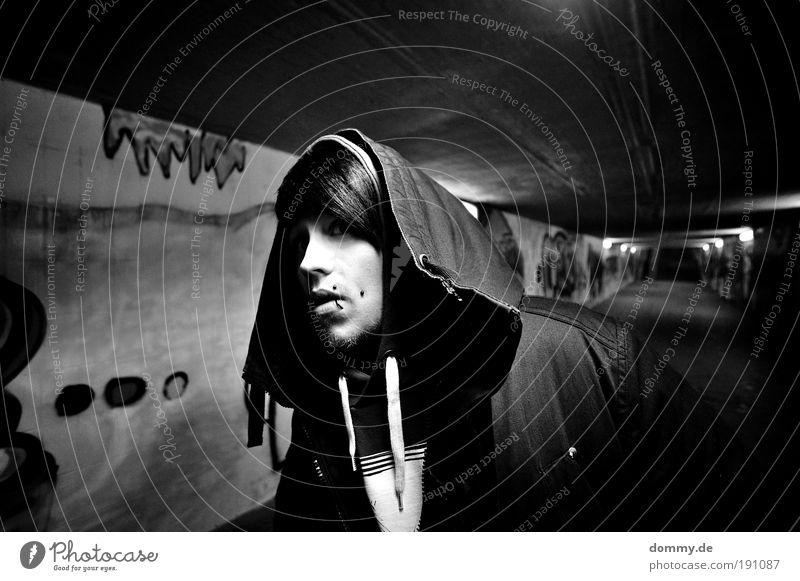 spy maskulin Junger Mann Jugendliche 1 Mensch 18-30 Jahre Erwachsene gehen Blick Erwartung Neugier Unterführung Stadt Jacke Piercing Hardcore Coolness