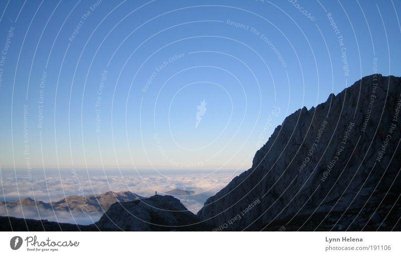 mensch Mensch blau Wolken Einsamkeit Ferne Erholung Freiheit Berge u. Gebirge träumen Denken Stimmung Luft Horizont Felsen Klima Urelemente
