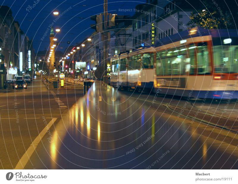 Verpasst Nacht Straßenbahn dunkel Hängelampe fahren Verkehr Licht Ampel Säule Lampe