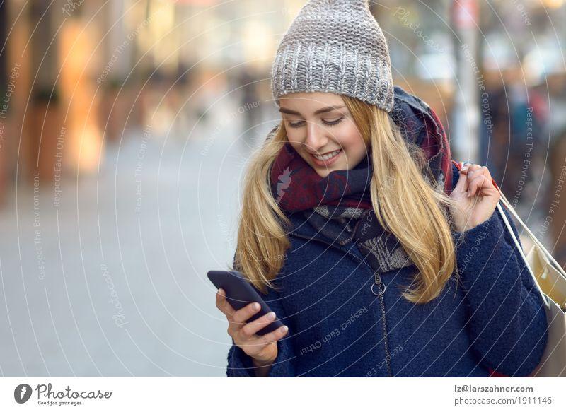 Mensch Frau Jugendliche Stadt schön Winter 18-30 Jahre Erwachsene Lifestyle Mode modern Aktion Technik & Technologie Lächeln lesen Telefon