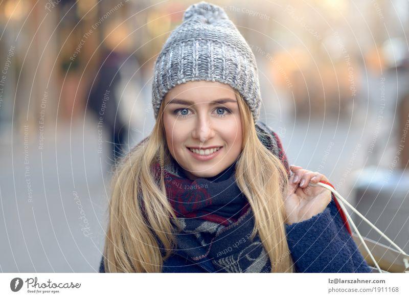 Mensch Frau Jugendliche schön Winter 18-30 Jahre Gesicht Erwachsene Straße Glück Mode Textfreiraum blond Lächeln kaufen Entwurf