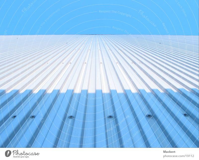 Blauweißblau Himmel blau Haus dunkel Wand hell Metall Architektur