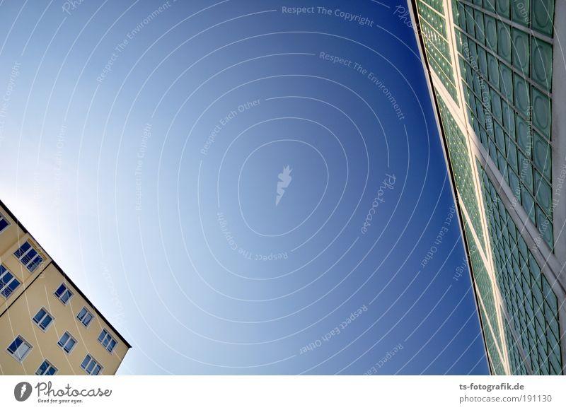Das Duell Himmel nur Himmel Wolkenloser Himmel Sommer Klima Klimawandel Wetter Wärme Dürre Bremen Neustadt Menschenleer Haus Industrieanlage Bauwerk Gebäude