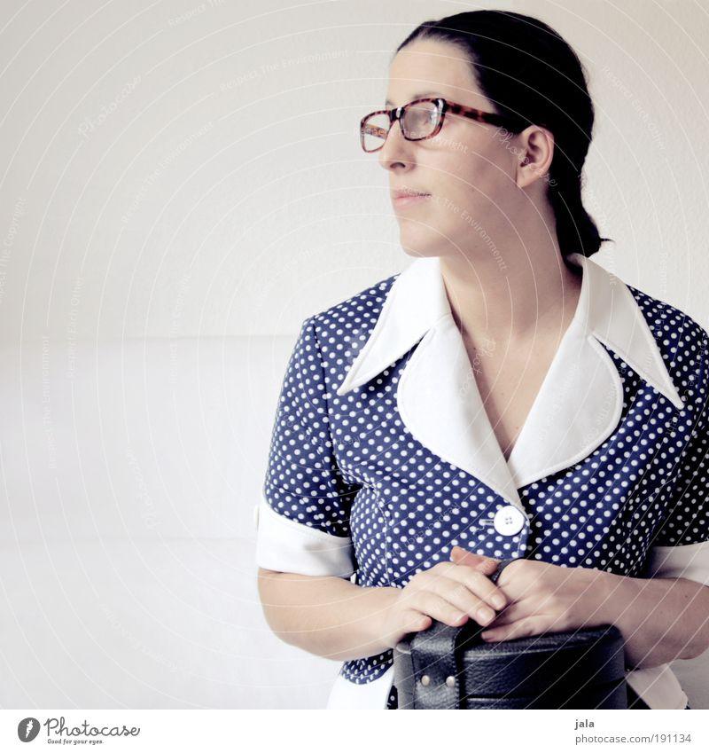 Mauerblümchen feminin Frau Erwachsene blau weiß sitzen warten Kleid Punkt früher retro Brille gehorsam Schüchternheit befangen Farbfoto Innenaufnahme
