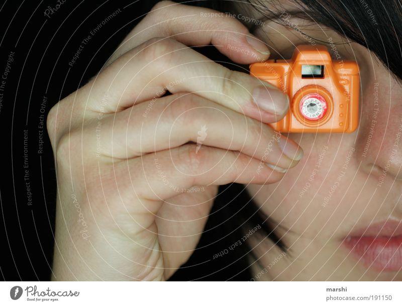 klitzeklick Freizeit & Hobby Mensch feminin Frau Erwachsene Kopf Hand Finger 1 trendy klein Freude Begeisterung Fotokamera Fotografie Fotografieren Klacken
