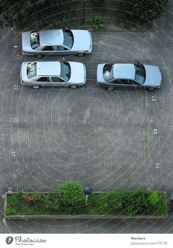 Viel Platz PKW Verkehr Parkplatz Pflastersteine