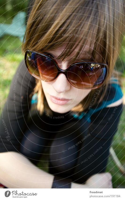 Fliegenklatsche Mensch Frau Jugendliche schön Sommer ruhig Erwachsene Erholung feminin träumen blond sitzen außergewöhnlich Coolness Junge Frau trashig