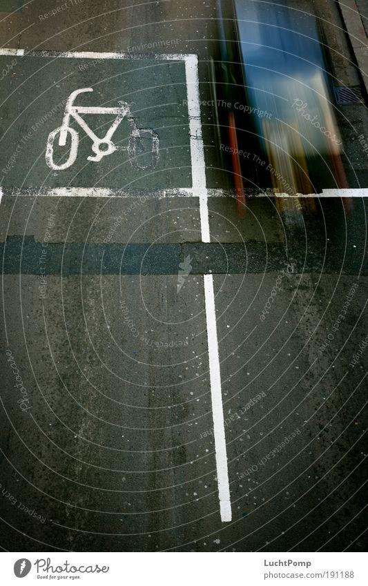 Left Lane schwarz Straße dunkel PKW Fahrrad dreckig Schilder & Markierungen Geschwindigkeit fahren Symbole & Metaphern Asphalt Autofahren Straßenverkehr Eile
