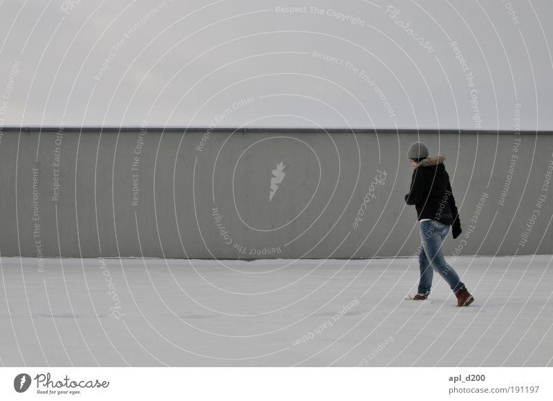 Barfuß im Sand Junge Frau Jugendliche 18-30 Jahre Erwachsene Umwelt Klima Wetter schlechtes Wetter Schnee Parkhaus Parkdeck gehen authentisch grau schwarz weiß