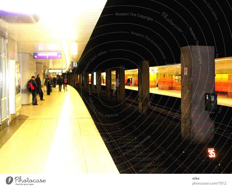 gegenüberstellung S-Bahn Verkehr ubah von bahnsteig zu bahnsteig Mensch warten kontrast...