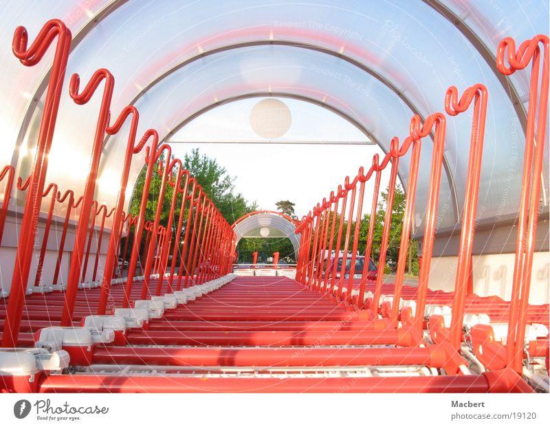 Feierabend Abstellplatz Einkaufswagen Dienstleistungsgewerbe rot-weiß Geschäftsschluß
