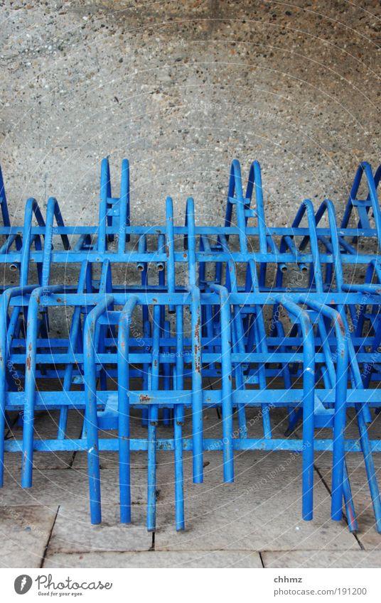 Gestapelte Ständer blau Winter ruhig Ordnung Beton Eisenrohr Stapel Material Gestell Ständer Betonwand Fahrradständer