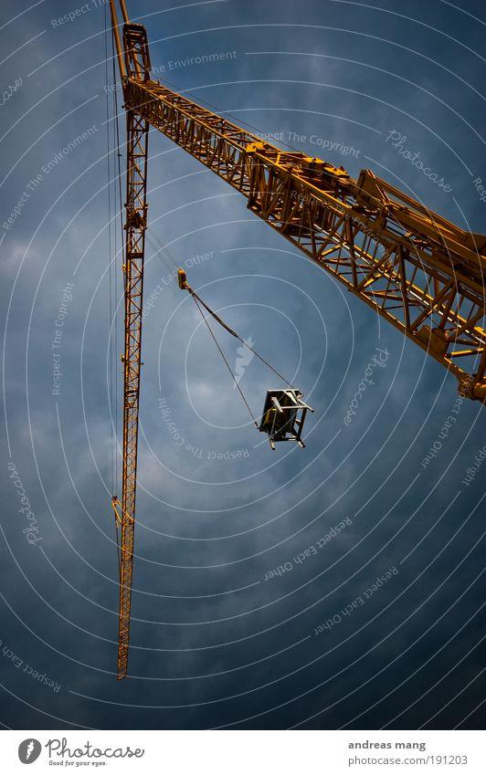 Up in the Sky Himmel blau Wolken gelb Arbeit & Erwerbstätigkeit warten hoch Industrie gefährlich Technik & Technologie Güterverkehr & Logistik Pause bedrohlich Baustelle hängen bauen