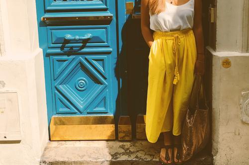 Paristüren Lifestyle Stil Ferien & Urlaub & Reisen Sommer feminin Junge Frau Jugendliche Erwachsene 1 Mensch 18-30 Jahre Stadt Altstadt Tür Mode Hose Schuhe