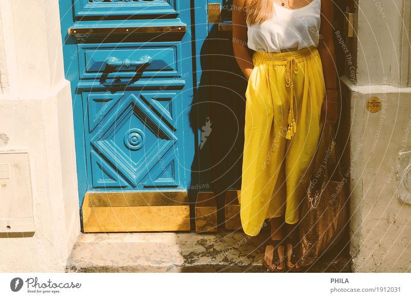 Paristüren Mensch Frau Ferien & Urlaub & Reisen Jugendliche blau Sommer Stadt Junge Frau 18-30 Jahre Erwachsene gelb Lifestyle feminin Stil Mode modern