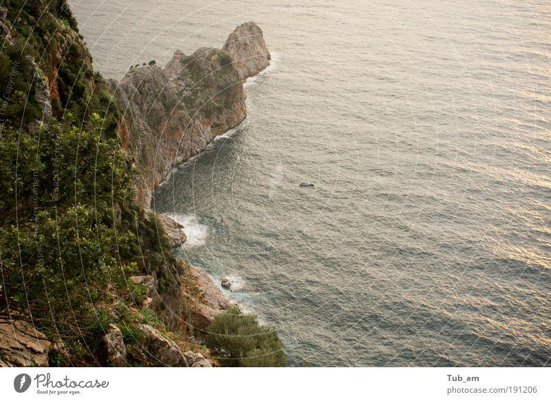Die Flucht von Monkey Island Wasser Meer Ferien & Urlaub & Reisen Bewegung Landschaft Wasserfahrzeug Kraft Wellen Küste Angst Felsen Hoffnung Bucht Schifffahrt Segelboot Ausdauer