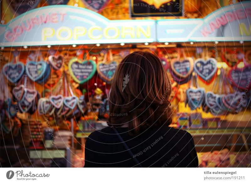 herzensangelegenheiten Teigwaren Backwaren Süßwaren Feste & Feiern Oktoberfest Jahrmarkt Junge Frau Jugendliche Erwachsene 1 Mensch brünett beobachten Denken