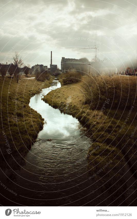 Der Fluss der Zeit Wolken schlechtes Wetter Sträucher Flussufer Bach Chemnitz Industrieanlage Fabrik Bauwerk Schornstein dunkel fließen Kran Umweltschutz