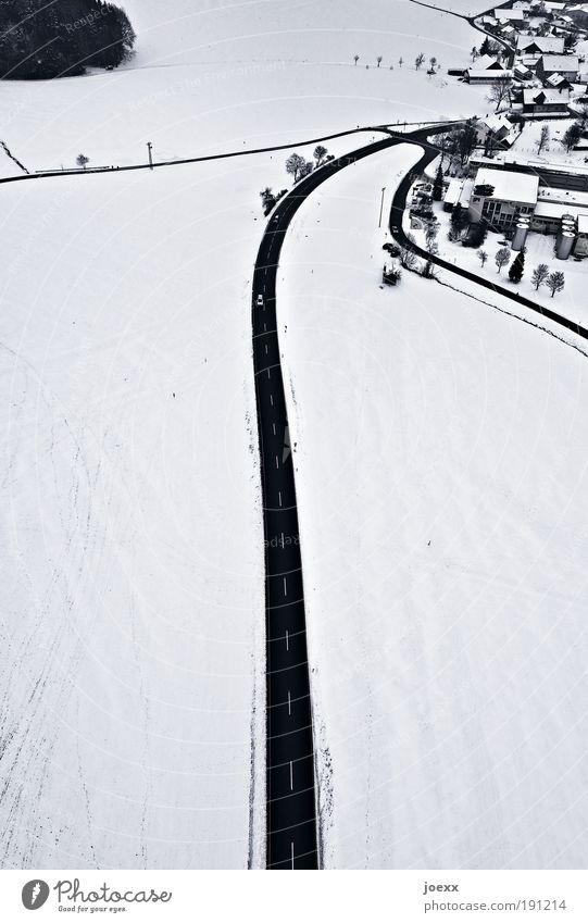 Nach Hause weiß Stadt Winter Haus schwarz Ferne Straße Schnee oben Landschaft Angst Erde Eis Frost fahren Vogelperspektive