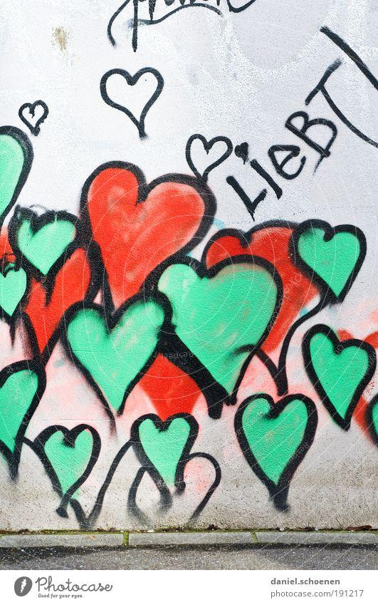 liebt !!!! Zeichen Graffiti Herz grün rot Gefühle Glück Fröhlichkeit Lebensfreude Liebe Verliebtheit Partnerschaft Farbe Hoffnung Leidenschaft Wand Fassade