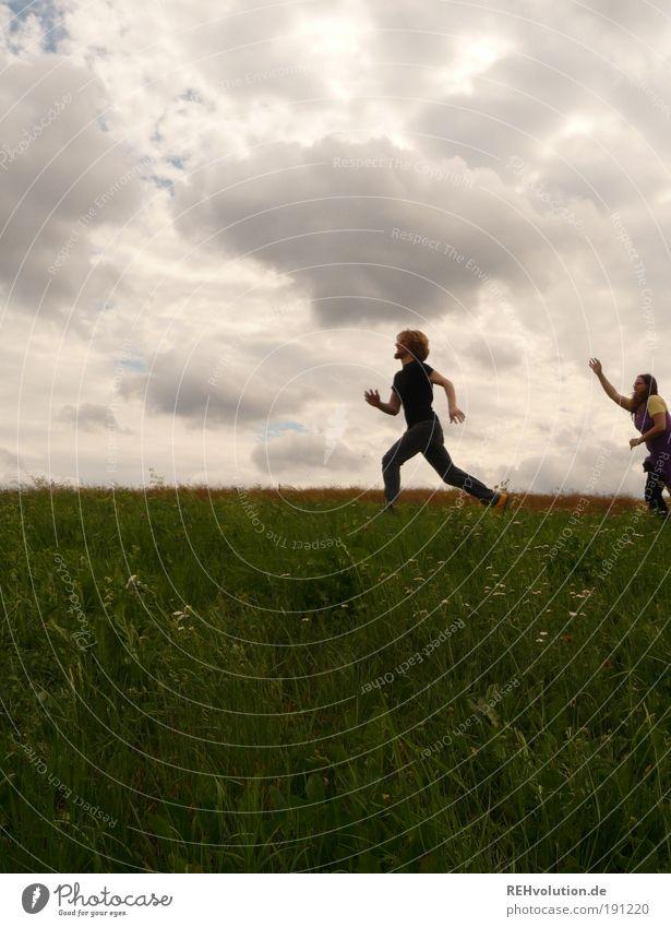 Und ich zu ihr: Fang an zu leben! Mensch Himmel Natur Jugendliche grün Freude Wolken Erwachsene Wiese Leben Landschaft Bewegung Paar Freundschaft Gesundheit