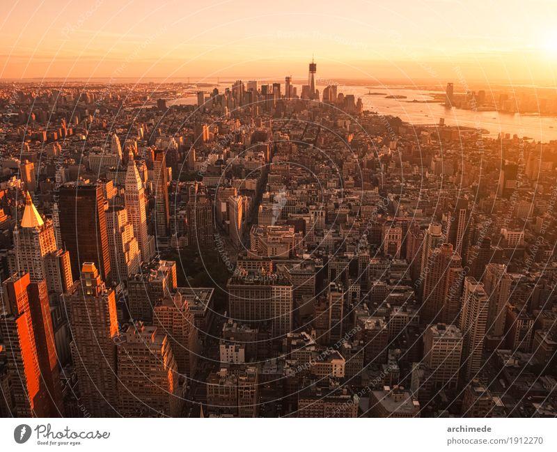 New York City vom Hubschrauber bei Sonnenuntergang Skyline Gebäude Fluggerät gehen Großstadt Textfreiraum Hintergrund USA ny nyc urban Manhattan Menschenleer