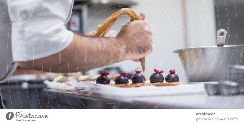 Gebäck backen. Mann Hand Erwachsene Dekoration & Verzierung Küche Dessert machen Backwaren Zucker Teigwaren Zutaten Bäcker Cupcake Bäckerei Vorbereitung