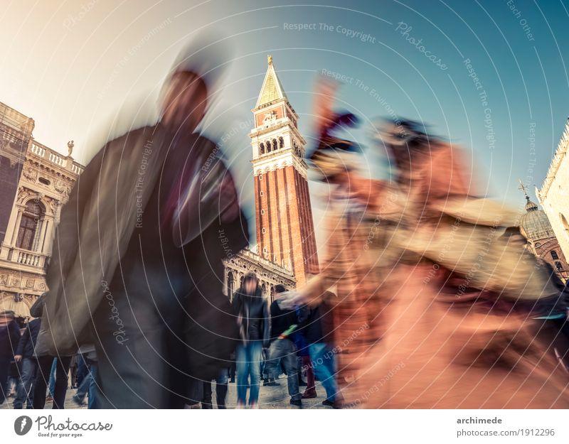Karneval in Venedig Lifestyle Platz Straße Bewegung Farbe Tradition Mundschutz Tracht Italien Großstadt Menschen unkenntlich horizontal Hintergrund Textfreiraum