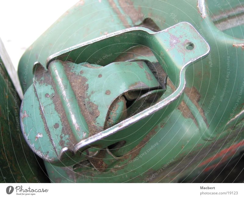 Kanister grün Verkehr Verschluss dreckig Sand