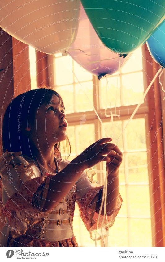 In jedem Ballon ein Kindertraum, halt sie fest! Feste & Feiern Mädchen Kindheit 1 Mensch 3-8 Jahre Fenster Kleid brünett Luftballon beobachten frei niedlich