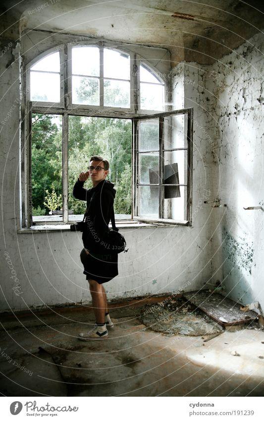 Fensterblick Mensch Mann Jugendliche ruhig Einsamkeit Leben Wand Stil träumen Mauer Erwachsene Raum Zeit Häusliches Leben Wandel & Veränderung