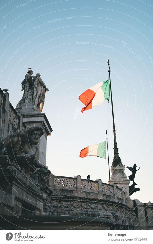 Roma IX Stadt Hauptstadt Stadtzentrum Altstadt alt Italien Patriotismus Fahne Denkmal Nationalhymne rot grün weiß Menschenleer frei Freiheit fliegen flattern