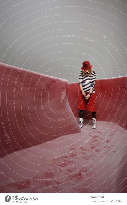 Streiflicht Frau Mensch rot Erwachsene feminin Stil träumen ästhetisch stehen außergewöhnlich Zukunft Coolness retro Hut Rock trashig