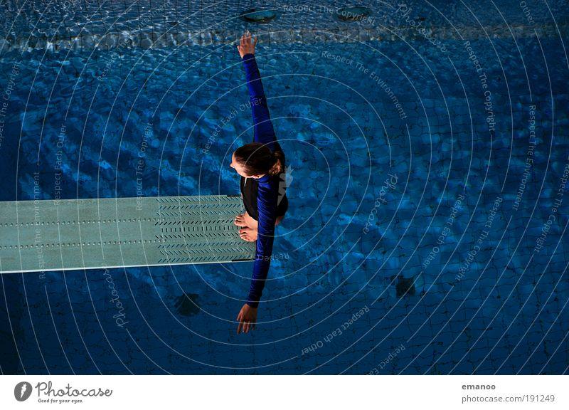 into the blue Mensch Jugendliche Freude Sport feminin springen Stil Erwachsene fliegen Lifestyle Frau ästhetisch Schwimmbad Freizeit & Hobby Schwimmen & Baden