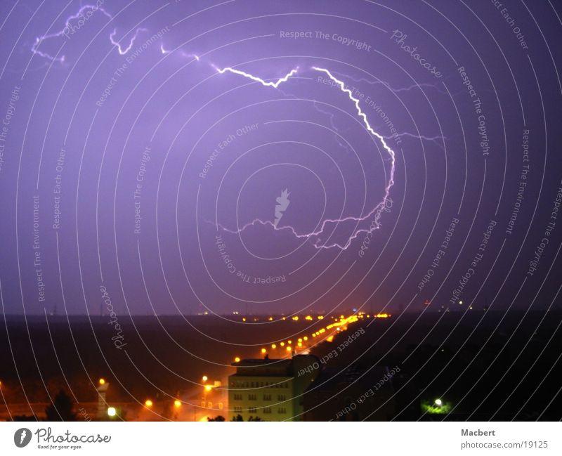 Potzblitz Blitze Nacht Stadt Straßenbeleuchtung Wolken Gewitter Regen Himmel