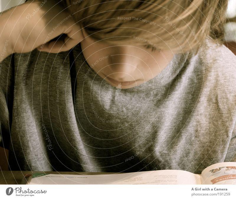 Unitè 1 - Qu'est-ce qu'on dit on francais? Kind Jugendliche Leben Junge Kopf blond lernen Hoffnung lesen T-Shirt Ziel Bildung natürlich Neugier Kindheit