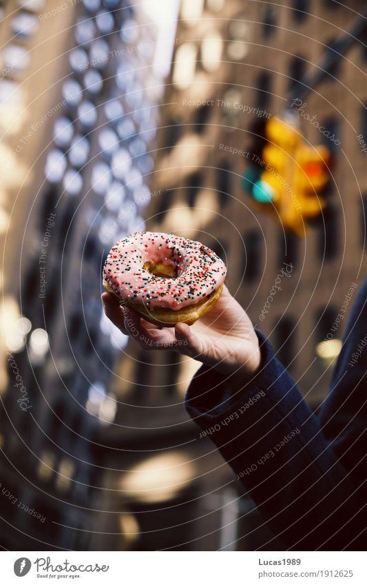 New York City - Donut Lebensmittel Teigwaren Backwaren Dessert Süßwaren Ernährung Essen Fastfood süß ungesund Streusel glasur feminin Arme Hand 1 Mensch