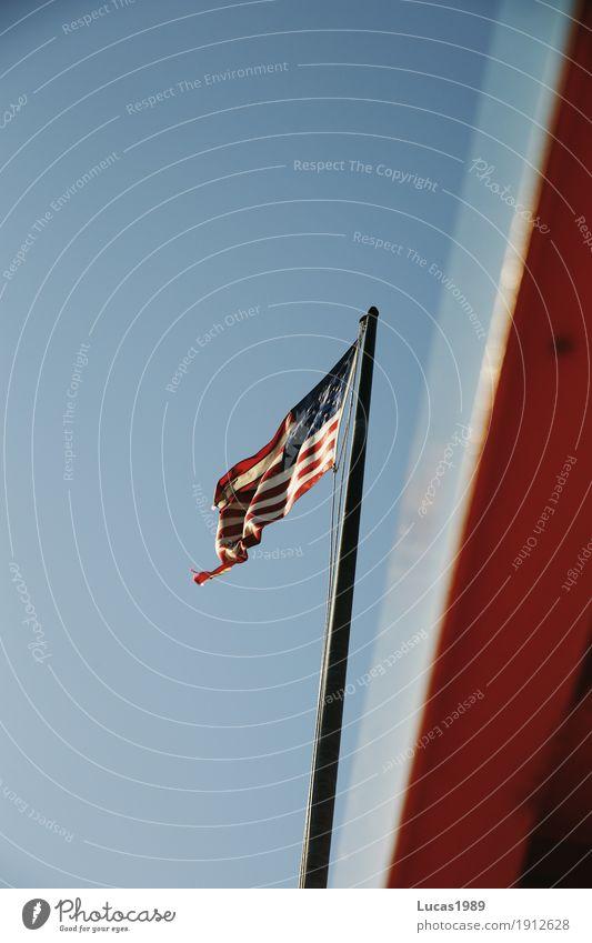 USA Ferien & Urlaub & Reisen Tourismus Ausflug Sightseeing Städtereise New York City Amerika Schifffahrt Passagierschiff Fähre Wasserfahrzeug Fahne blau orange