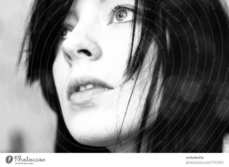 Frau mit dunklen Haaren blickt nach oben feminin 18-30 Jahre Jugendliche Erwachsene schwarzhaarig atmen Denken träumen Traurigkeit ästhetisch elegant schön