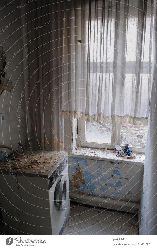 Die vergessene Waschküche alt Einsamkeit Farbe trist verfallen Vorhang schäbig Fensterscheibe Gardine unordentlich Waschmaschine altmodisch Fenster platzen Einfamilienhaus Fensterbrett