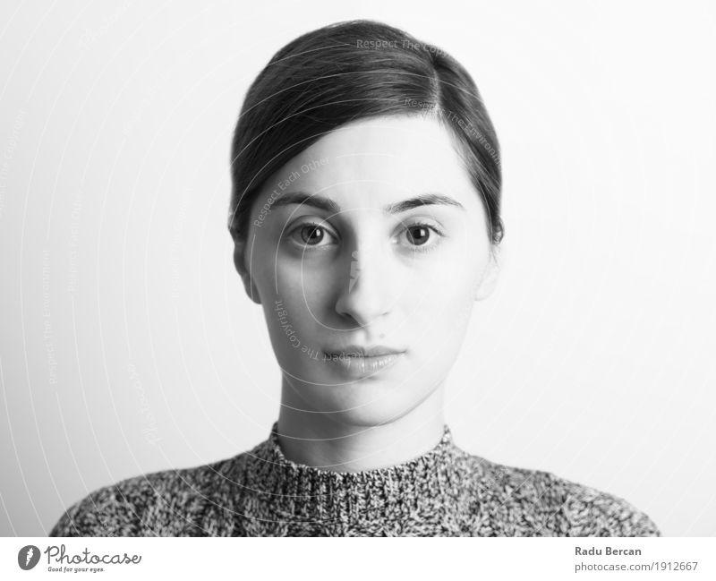 Schwarzweiss-Portrait des jungen schönen Mädchens Mensch Frau Jugendliche Junge Frau weiß Einsamkeit ruhig 18-30 Jahre schwarz Gesicht Erwachsene Traurigkeit