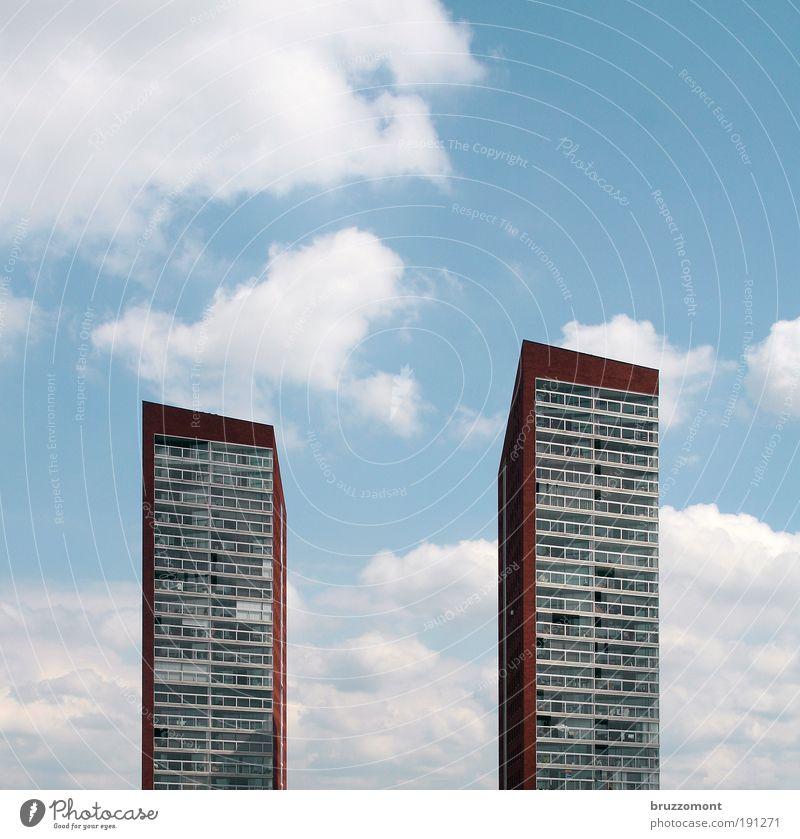 Doppelhaushälften Himmel weiß blau Stadt rot Sommer Haus Wolken Gebäude Architektur elegant Hochhaus hoch Fassade modern